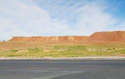 Woestijnbergen van asfaltweg die worden gezien Stock Foto