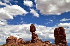 Woestijnhemel en rots Stock Foto