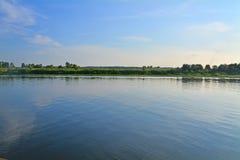Woestijnkust van Oka-rivier tegengesteld aan Kasimov-stad, Rusland stock afbeelding