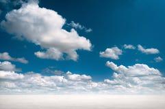 Woestijnlandschap met diepe blauwe hemel en wolken Stock Afbeeldingen