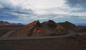 Woestijnlandschap met kleine lavauitbarsting royalty-vrije stock afbeeldingen