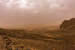 Woestijnlandschap met onweerswolken en zandstorm in Lagere Najd, Saudi-Arabië stock afbeelding