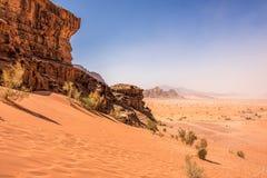 Woestijnlandschap onder Blauwe Hemel Stock Foto