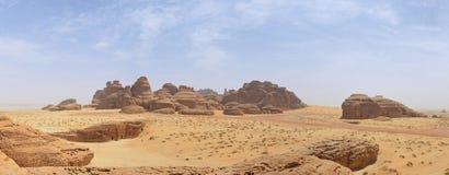 Woestijnlandschap, zand, rotsen en bergpanorama stock afbeelding
