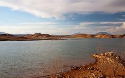 Woestijnmeer en Heuvelslandschap Stock Afbeelding