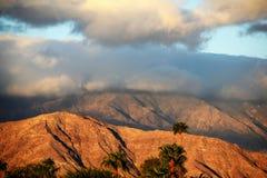 Woestijnonweerswolken over Bergen stock foto's
