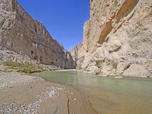 Woestijnrivier die een Verre Canion ingaan royalty-vrije stock foto's