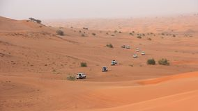 Woestijnsafari SUVs die door de Arabische zandduinen beuken Royalty-vrije Stock Fotografie