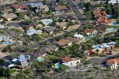 Woestijnstad met Zwembaden en Huizen stock foto's
