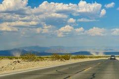 Woestijnweg aan Nationale het Parkgeboorte van de Doodsvallei van een tornado Royalty-vrije Stock Afbeeldingen