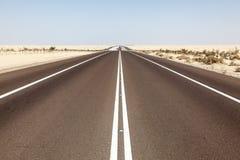 Woestijnweg in Abu Dhabi Stock Foto's