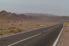 Woestijnweg in de Sinai woestijn in Egypte kamelen Stock Foto's