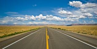 Woestijnweg dichtbij het Vier Hoekengebied in de V.S. Stock Afbeeldingen