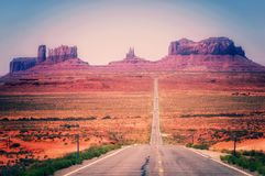 Woestijnweg die in Monumentenvallei leiden, Utah, de V.S. Stock Afbeelding
