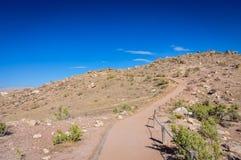Woestijnweg - Dinosaurusheuvel - het Nationale Monument van Colorado stock afbeelding