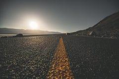 Woestijnweg in Doodsvallei royalty-vrije stock foto's