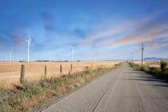 Woestijnweg door het Landbouwbedrijf van Windturbines op de Heuvels van Californië Stock Foto's