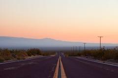 Woestijnweg in het Nationale Park van de Doodsvallei, Royalty-vrije Stock Afbeeldingen