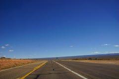 Woestijnweg met horizon Stock Foto's