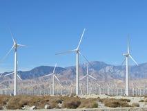 Woestijnwindmolens met bergen Royalty-vrije Stock Foto