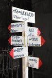 Wohin man geht? Touristisches Zeichen zeigt die Weise - Palast, Kirche, Museum Lizenzfreies Stockfoto