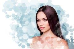 Wohl- und Wellnessschönheit und Gesundheitskonzept Coseup-Foto recht sie ihre junge brunette Frau, die frisches gesundes schaut stockbilder