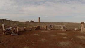 Wohle und hölzerne Warenkörbe des alten Arabisch, Wüste, Livekamera, der Turm im Abstand stock video