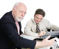 Wohlhabender älterer Mann gestört durch Steuerbescheid Lizenzfreies Stockfoto