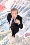 Wohlhabender Geschäftsmann, der oben zeigt Stockfoto