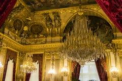 Wohlhabender Innenraum mit Leuchter Stockfotografie