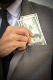 Wohlhabendes hübsches Nahaufnahme des jungen Mannes im formalwear, das Geld steckt lizenzfreie stockfotografie