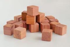 Wohlriechende Garderobenerfrischungsmittelwürfel gemacht vom natürlichen Bleistiftzedernholz, Abschluss oben auf neutralem Hinter lizenzfreies stockfoto