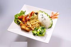 Wohlriechende gebratene Fische rudern, Kung Pao Chicken mit Gemüse auf Whit lizenzfreie stockbilder