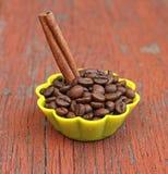 Wohlriechende Kaffeebohnen in der Silikonform Lizenzfreies Stockbild