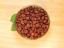 Wohlriechende Kaffeebohnen im Glasglas Lizenzfreie Stockbilder