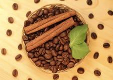 Wohlriechende Kaffeebohnen im Weidenkorb Lizenzfreie Stockfotografie