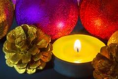 Wohlriechende Kerze mit Weihnachtsdekorationen Lizenzfreies Stockfoto
