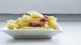 Wohlriechende Pommes-Frites mit Tomatensauce stockfotografie