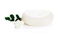 Wohlriechende weiße Seife mit wildem stieg Stockfoto