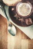 Wohlriechender heißer Kaffee der Schale mit Bohnenschokolade Lizenzfreie Stockfotografie