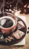 Wohlriechender heißer Kaffee der Schale mit Bohnenschokolade Stockbilder