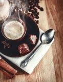 Wohlriechender heißer Kaffee der Schale mit Bohnenschokolade Lizenzfreies Stockbild