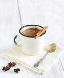 wohlriechender heißer Kakao mit Zimtstangen auf weißem hölzernem Hintergrund Lizenzfreie Stockfotografie