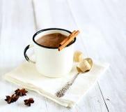 wohlriechender heißer Kakao mit Zimtstangen auf weißem hölzernem Hintergrund, Sternanis Lizenzfreies Stockfoto