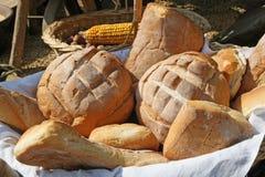 Wohlriechender Korb des frisch gebackenen Brotes für Verkauf Stockbilder