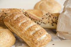 Wohlriechendes frisches Gebäck mit Brötchen des indischen Sesams, Brot Stockfotografie