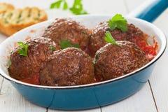 Wohlschmeckende italienische Fleischklöschen in der Tomatensauce Stockfotos