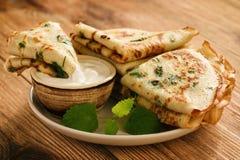 Wohlschmeckende Pfannkuchenkrepps mit Petersilie Lizenzfreie Stockfotos