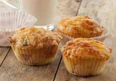 Wohlschmeckendes Muffin mit Schinken und Käse Lizenzfreie Stockbilder