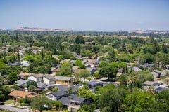 Wohn- Nachbarschaft in Süd-San Jose, im Kommunikations-Hügel und in im Stadtzentrum gelegenem San Jose im Hintergrund; Ansicht vo lizenzfreie stockfotos